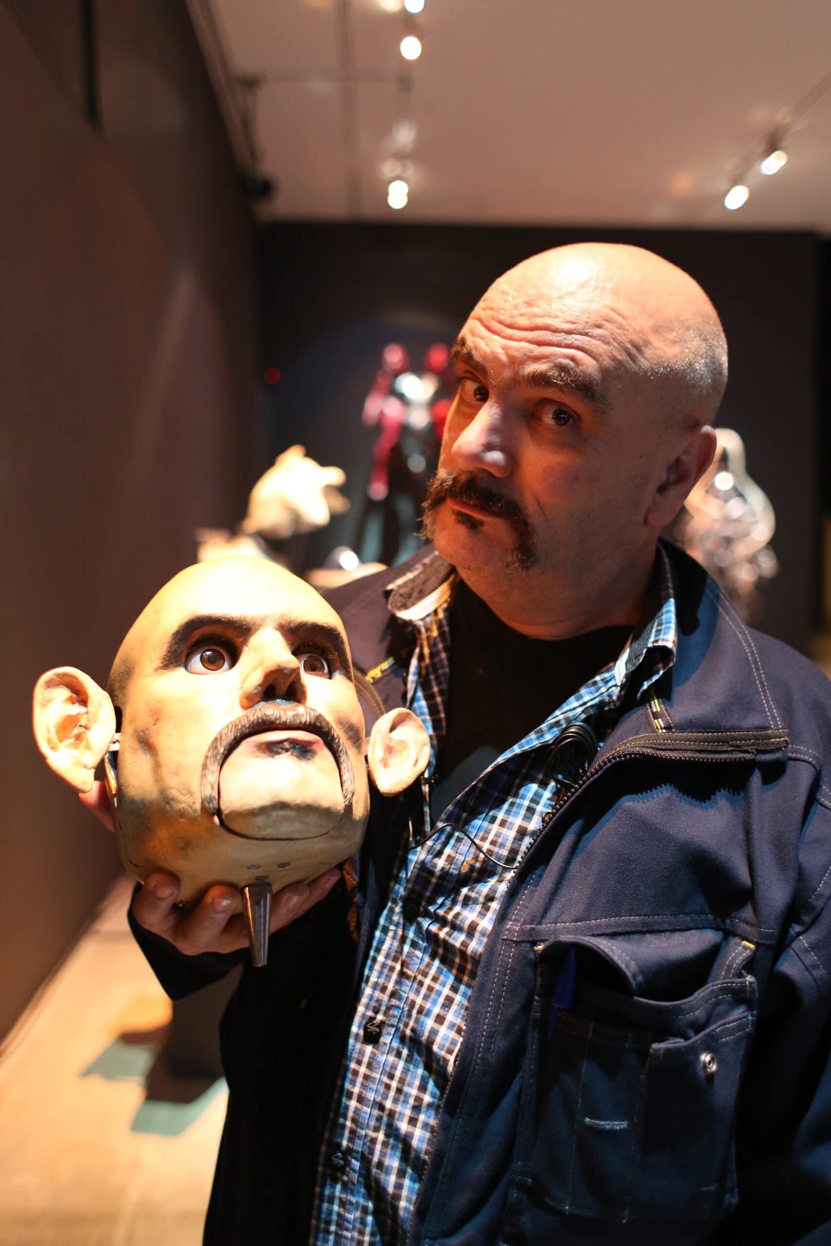 Marcel·lí Antúnez, amb una de les seves creacions, a l'Ars Santa Mònica. FOTO: Agustí Ensesa.