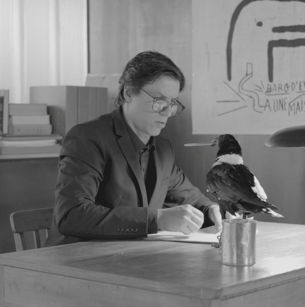 Blai Mateu, amb el corb ensinistrat amb què treballa a Bèsties. FOTO: Fotograma de The missing part.
